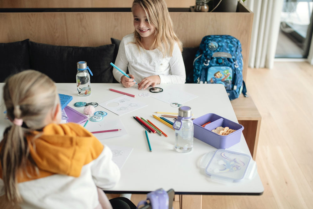 Forberedelse til førsteklasse - jenter som tegner og koser seg